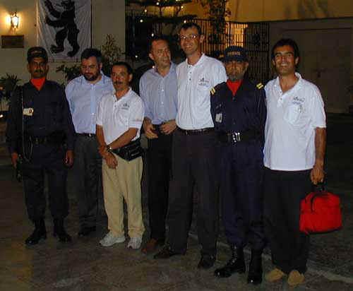 Festa della Svizzera a Karachi, con (da sx) il Cancelliere Giorgio Biscari, il Console Fabrizio Nicoletti e le nostre 'body-guard'.