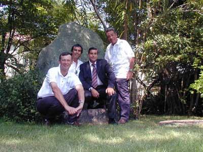 Foto ricordo davanti alla pietra Ferrarin-Masiero