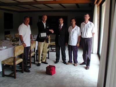 Prima del pranzo, l'associazione TRASVOLARE consegna la targa ricordo all'Ambasciatore Menegatti