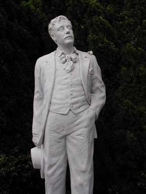 La statua di Giacomo Puccini, donata dal Governo italiano a quello giapponese nel 1996 e collocata nel Glover Garden (notare la Butterfly sulla spalla)